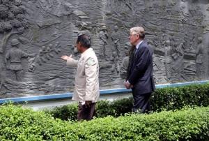 De Nederlandse ambassadeur in Indonesië, Tjeerd de Zwaan, bij de herdenkingsmonument van de executies, in Jakarta.